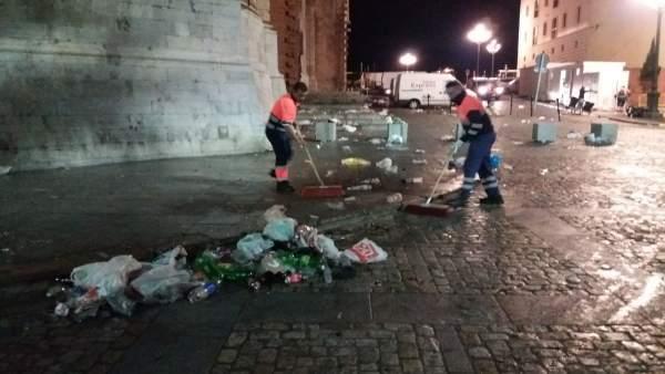 Operarios recogen los residuos