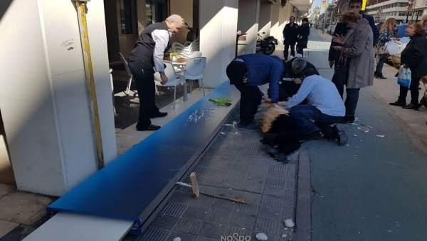 Herida una mujer tras la caída de un soporte publicitario en Sevilla