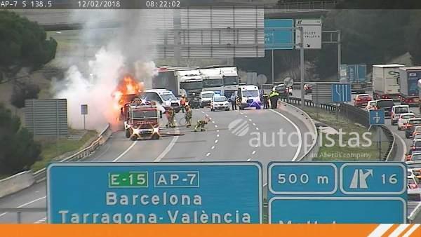 Camión incendiado en la AP-7