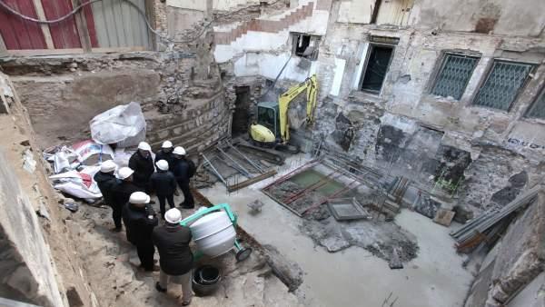 Visita de Asiron a los restos arqueológicos encontrados en la Plaza del Castillo