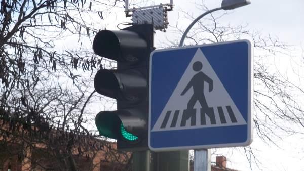 Señal paso de peatones y semáforo
