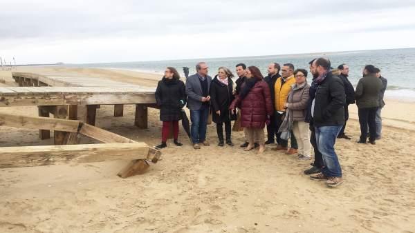 Representantes socialistas de Huelva en la playa del Portil, en Huelva.