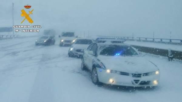 Guardia Civil de Tráfico con nieve en la A-67