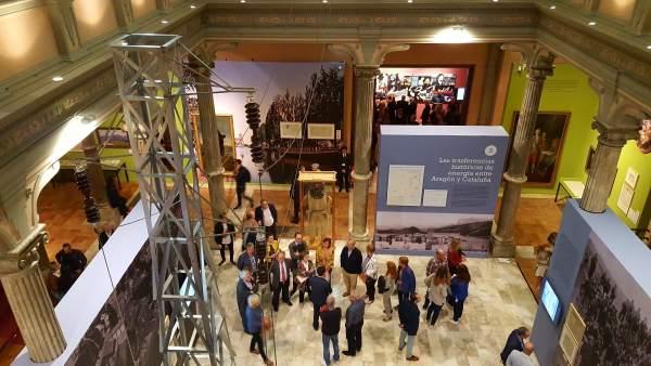 Visitantes en la exposición 'Dicen que hay tierras al este'