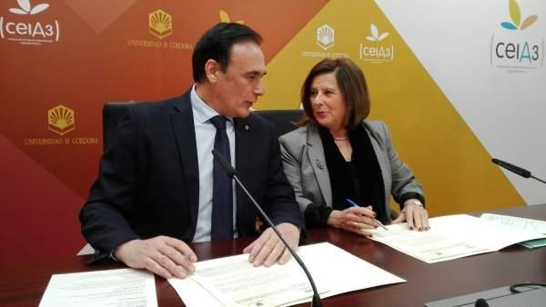 El rector de la UCO y la consejera durante la firma del protocolo
