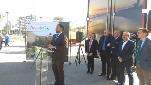 El consejero de Turismo presenta la imagen de Almería en camiones