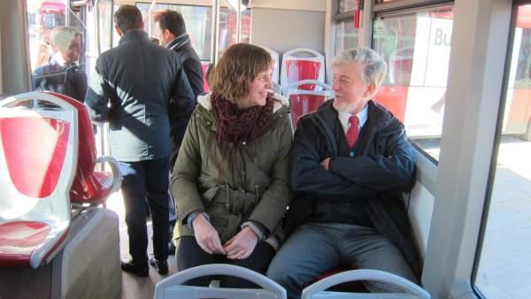 El alcalde de Zaragoza y la concejala de Movilidad, en un bus híbrido