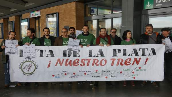Concentración en demanda de la recuperación del tren Sevilla-Plasencia
