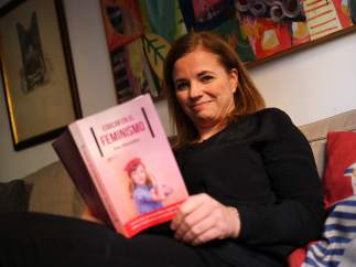 Iria Marañón con un ejemplar de su libro.