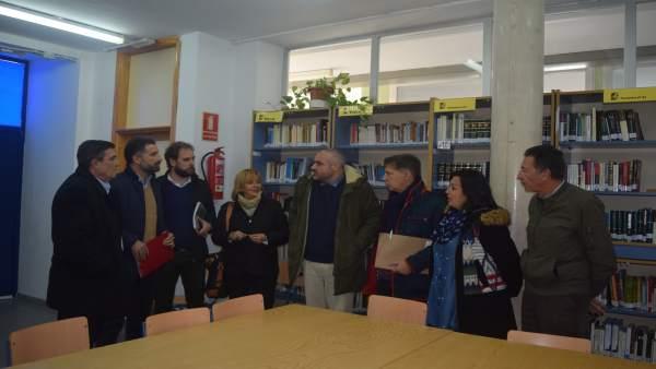 El delegado de Educación, Vicente Zarza, en el centro Odón Betanzos en Mazagón.