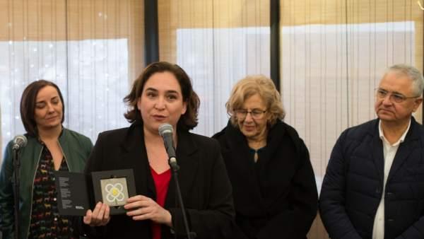 Ada Colau y Manuela Carmena con la periodista Pepa Bueno y los presidentes de los gremios de restauración de Madrid y Barcelona.
