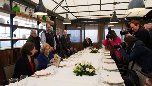 Ada Colau y Manuela Carmena con algunos de los asistentes al encuentro, entre ellos el director de teatro y actor, Josep María Pou, el Director de Opinión de 20minutos, Carmelo Encinas o el economista Gonzalo Bernardos.