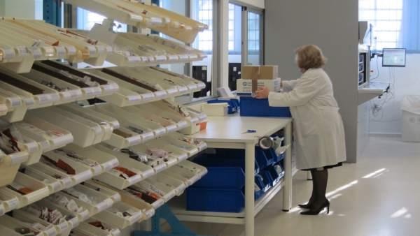 Una trabajadora del Servicio de Farmacia del Reina Sofía