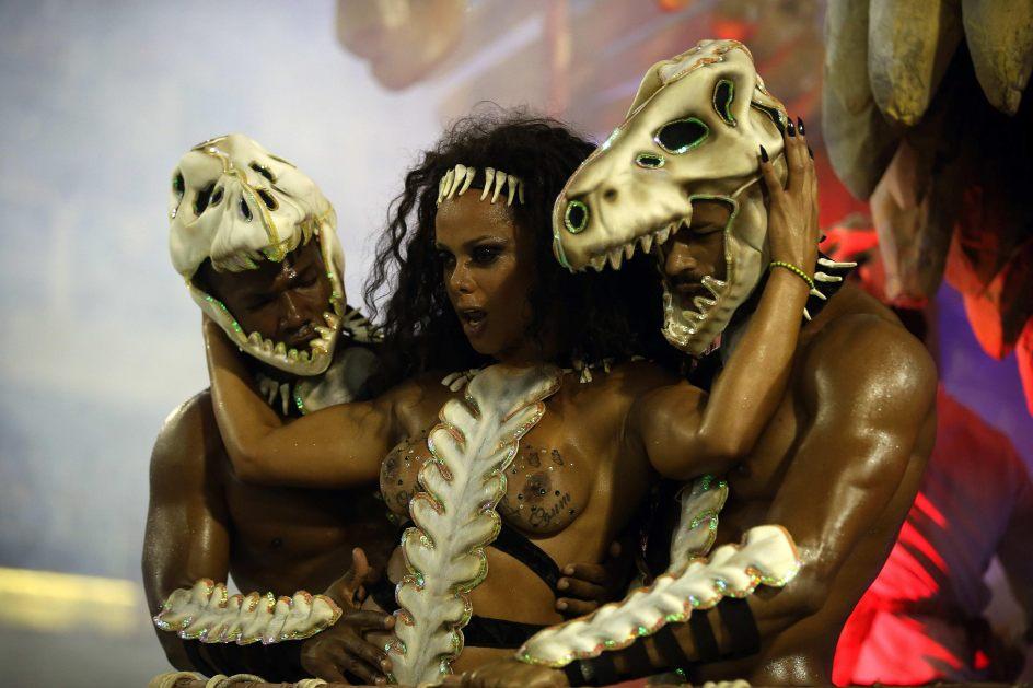 Sensualidad carnavalesca. Integrantes de la escuela de samba del Grupo Especial Imperatriz Leopoldinense desfilan por el sambódromo de Río de Janeiro (Brasil).