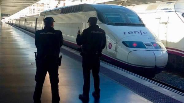 Policía en la estación de trenes