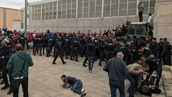 Guardia Civil entra en el punto de votación del pte.C.Puigdemonet el 1-O