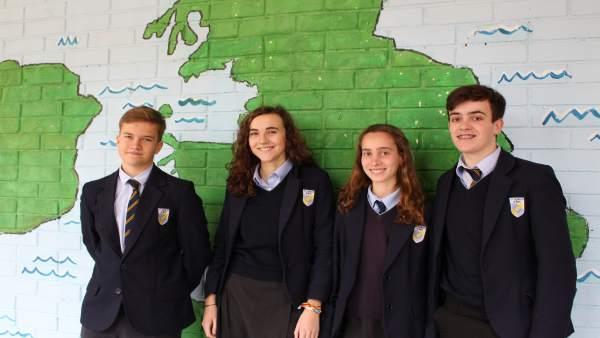 Alumnos del colegio 'St George Sevilla' tras ser finalistas del EYP