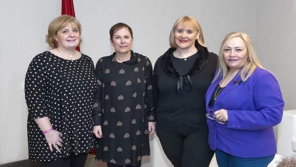 Barkos con las representantes de la Asociación FRIDA.
