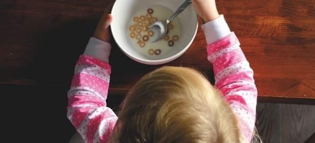 Niña comiendo cereales