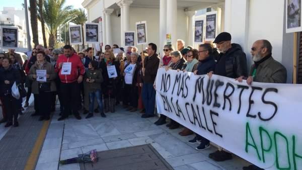 Concentración APDH-A por la muerte de una 'sintecho' en Cádiz
