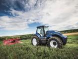 Un tractor de metano de New Holland recolecta alfalfa