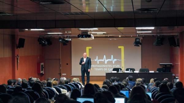 Antoni Riera dando una charla
