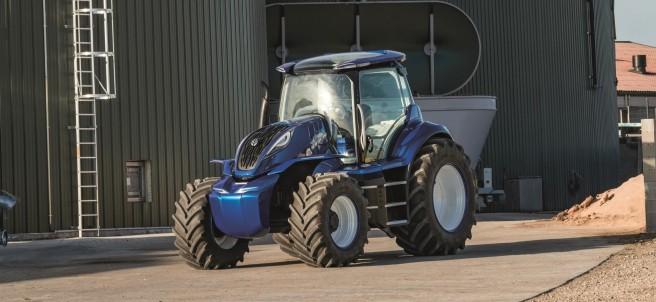 Tractor alimentado por metano junto a los biodigestores.