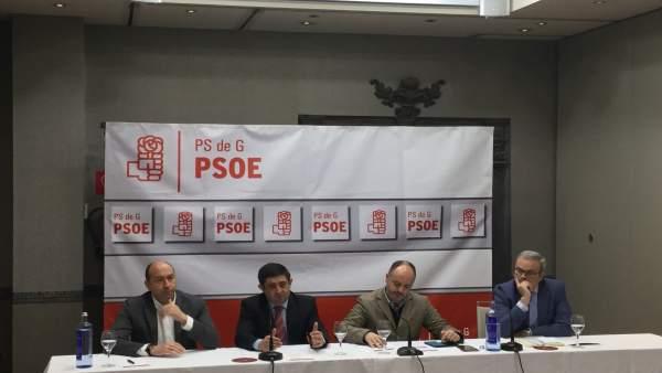 Francisco Reyes (2i), en rueda de prensa junto a responsables del PSOE.