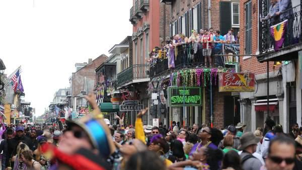 La gente se agolpa en Bourbon Street en el Fat Tuesday