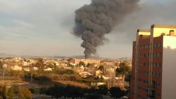 Imagen del humo provocado por el incendio este martes