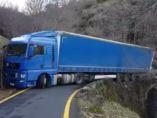 Camión atravesado en una carretera