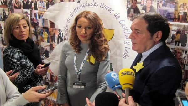 Salamanca.- El consejero junto a la presidenta de AERSCYL en Salamanca