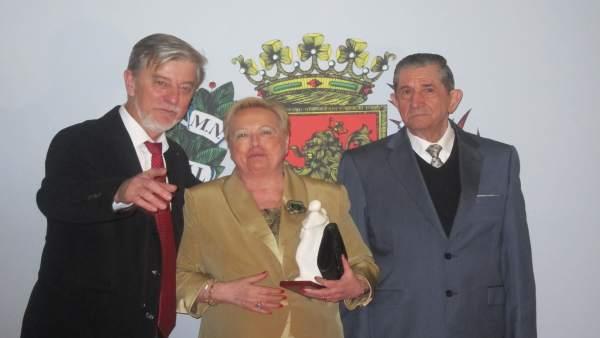 Santisteve con una de las 159 parejas que celebra sus 50 años de matrimonio