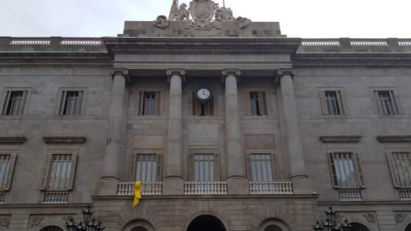 Lazo amarillo por los presos sobernistas en el Ayuntamiento de Barcelona.