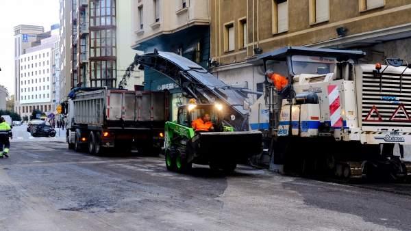 Trabajos de asfaltado en Santander, en la calle Cádiz
