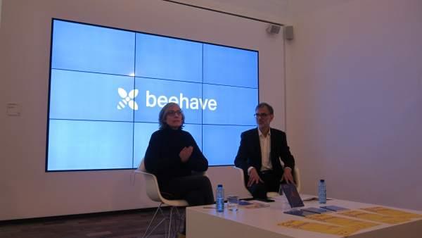 La comisaria M. Millà junto al director de la fundación M. Daniel.