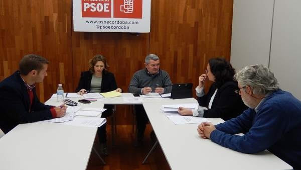 Sonia Ruiz y Jesús María Ruiz (al fondo) con responsables de UPTA-A