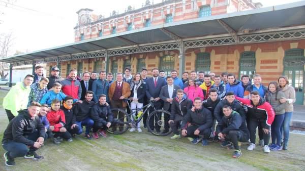 Autoridades y voluntarios en la presentación de la Andalucía Bike Race.