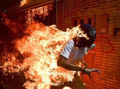 Manifestante en llamas en Caracas