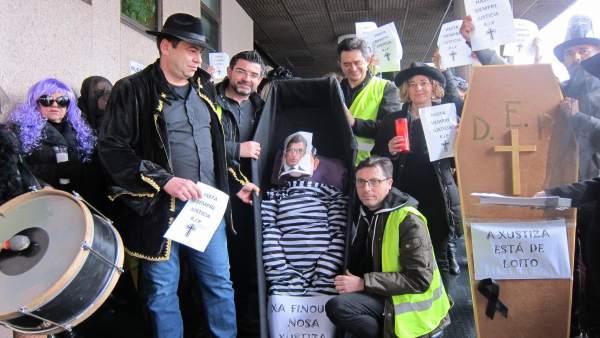 Trabajadores escenifican en Vigo el 'entierro de la justicia'
