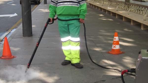 Un Operario De Limpieza De Logroño