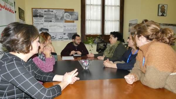 Rojas se reúne con trabajadores de servicios sociales