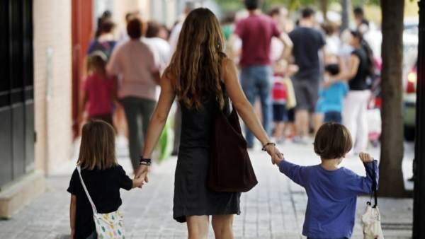 Madre e hijos van al colegio