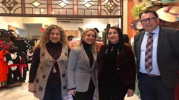 La alcaldesa de Alcalá de Guadaíra en un comercio de la localidad