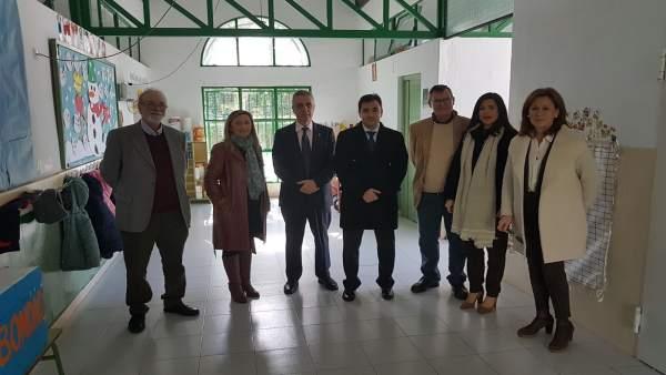 López (cuarto por la izda.) visita Lucena
