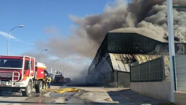 Bomberos en un incendio en naves industriales