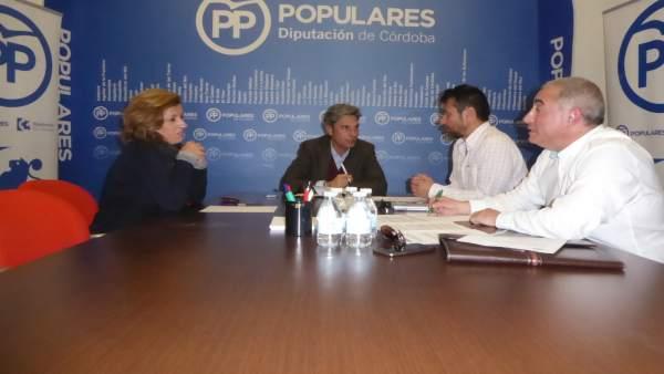 Lorite (centro) con María Jesús Botella (izda.) y representantes de AUGC (dcha.)