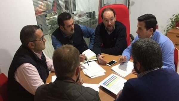 Dirigentes del PSOE con alcaldes de las ELAs de Huelva.