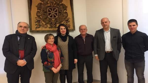 Ainhoa Aznárez, con miembros de Euskaltzaindia.
