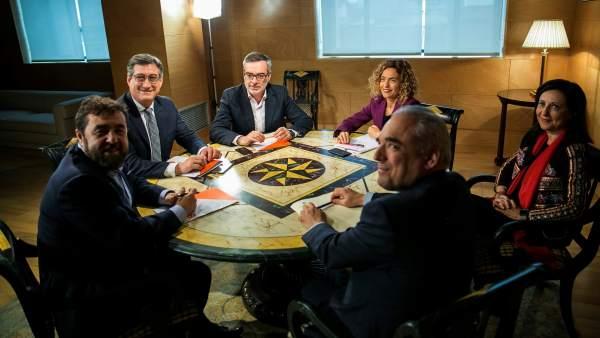 Las delegaciones de PSOE y Cs, reunidas este miércoles en el Congreso de los Diputados.